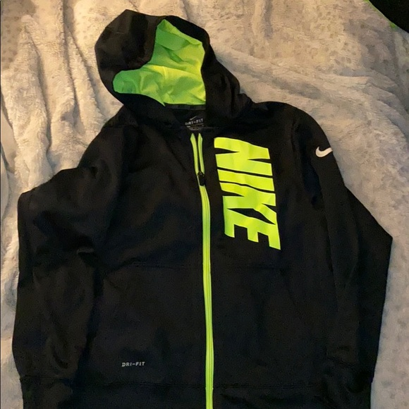 Nike Boy/'s THERMA ALL-OVER PRINT DRI-FIT Pullover Hoodie ** BLACK//WHITE ** NWT